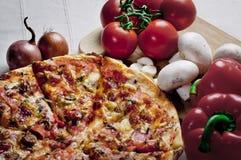 Pizza e vegetais Fotos de Stock Royalty Free