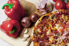 Pizza e vegetais Fotografia de Stock Royalty Free