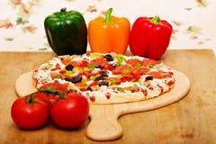 Pizza e vegetais italianos frescos fotos de stock royalty free