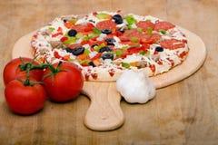 Pizza e vegetais italianos frescos fotografia de stock royalty free
