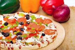Pizza e verdure italiane fresche fotografie stock