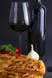 Pizza e vino Fotografie Stock
