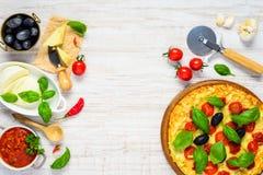 Pizza ed ingredienti di cottura sullo spazio della copia Immagini Stock Libere da Diritti