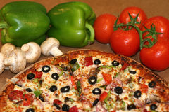 Pizza ed ingredienti freschi Fotografia Stock Libera da Diritti