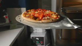 Pizza in een oven wordt gebakken die stock video