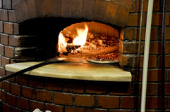 Pizza in een traditionele oven Stock Foto