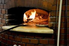 Pizza in een traditionele oven Stock Foto