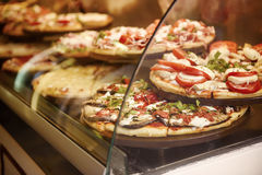 Pizza in einem Café Stockfoto