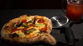 Pizza in einem Café auf einer schwarzen Tabelle lizenzfreie stockfotografie