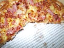 Pizza in einem Kasten lizenzfreie stockbilder
