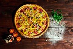 Pizza em um fundo isolado com cogumelos cebola e pepino imagem de stock