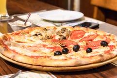 Pizza em uma bandeja de madeira imagens de stock royalty free
