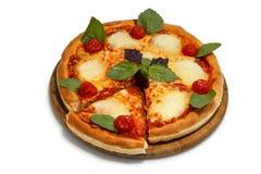 Pizza em uma bandeja de madeira Fotografia de Stock Royalty Free