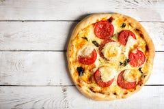 Pizza em uma superfície de madeira branca Fotografia de Stock