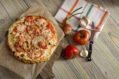 Pizza em uma tabela de madeira fotografia de stock