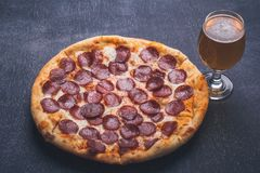 Pizza en bier Stock Afbeeldingen