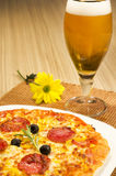 Pizza en bier stock foto's