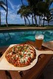 Pizza en bier door poolside in Hawaï Stock Foto