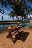 Pizza en bier door poolside in Hawaï Stock Afbeeldingen