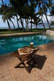 Pizza en bier door poolside in Hawaï Royalty-vrije Stock Fotografie