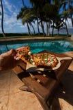 Pizza en bier door poolside in Hawaï Stock Fotografie