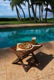 Pizza en bier door poolside in Hawaï Stock Foto's