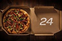 Pizza 24 en caja de la entrega Imágenes de archivo libres de regalías