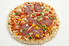 Pizza en el fondo blanco, cierre para arriba Fotografía de archivo libre de regalías