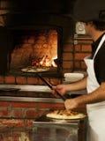 Pizza en el fuego Fotos de archivo libres de regalías