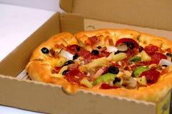 Pizza en el rectángulo fotos de archivo