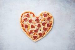 Pizza en forma de corazón con los salchichones Menú romántico de día de San Valentín imagen de archivo