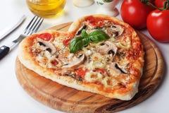 Pizza en forma de corazón del funghi Imágenes de archivo libres de regalías