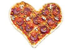 Pizza en forma de corazón con los salchichones, aislados en el fondo blanco Fotos de archivo libres de regalías