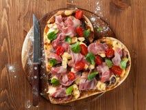 Pizza en forme de coeur Photos stock