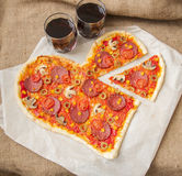 Pizza en forme de coeur avec des pepperoni, Photos stock
