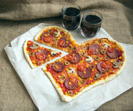 Pizza en forme de coeur avec des pepperoni, Photo stock