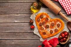Pizza en forme de coeur avec les tomates et le mozzarella images stock