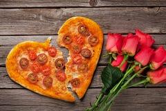 Pizza en forme de coeur avec les tomates et le mozzarella image stock