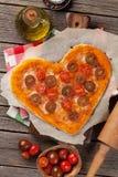 Pizza en forme de coeur avec les tomates et le mozzarella photos stock