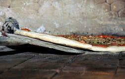 Pizza en horno fotografía de archivo libre de regalías