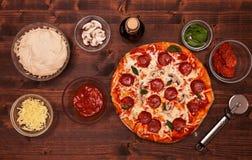 Pizza en ingrediënten op de lijst - hoogste mening Stock Foto