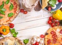 Pizza en ingrediënten witte achtergrond Stock Fotografie