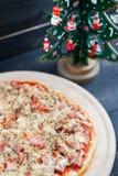 Pizza en Kerstboom met Leuk Speelgoed Royalty-vrije Stock Foto