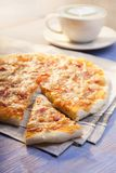 Pizza en Koffie op houten lijst, kop van cappuccino Stock Afbeeldingen