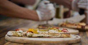 Pizza en la bandeja de madera imágenes de archivo libres de regalías