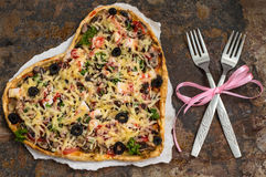 Pizza en la forma de un corazón Cena romántica Vector viejo Visión superior Primer Fotos de archivo libres de regalías