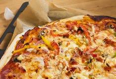 Pizza en la hoja de hornada Fotos de archivo