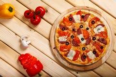 Pizza en la opinión superior del fondo de madera ligero Imagenes de archivo