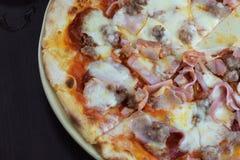 Pizza en la placa imagenes de archivo