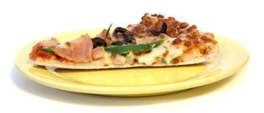 Pizza en la placa Fotografía de archivo libre de regalías